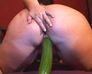 Omaseks This big booty mature slut loves her vegatibles